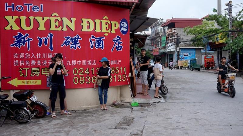 Biển hiệu quảng cáo một khách sạn gồm 3 ngôn ngữ, trong đó chỉ tên khách sạn viết bằng chữ Việt Nam.