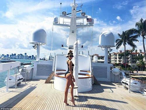 Tiểu thư giàu có Lyla Dumont khoe cơ thể nóng bỏng khi tắm nắng trên một hòn đảo du lịch đắt đỏ ở Miami, Florida