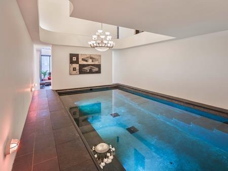 … và một bể bơi trong nhà cực kì xa hoa.
