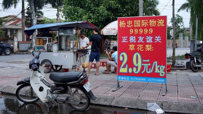 Ngay cả quầy bán bánh mỳ nằm trên hè phố trung tâm xã Phù Khê cũng trưng biển hiệu toàn chữ tiếng Trung.