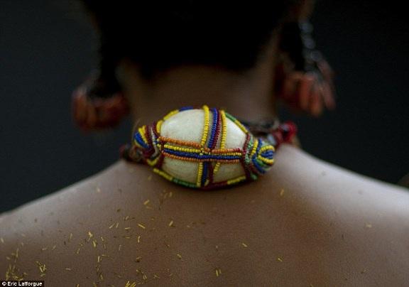 """Khám phá bộ tộc khuyến khích nữ giới tự do làm """"chuyện ấy"""" - 14"""