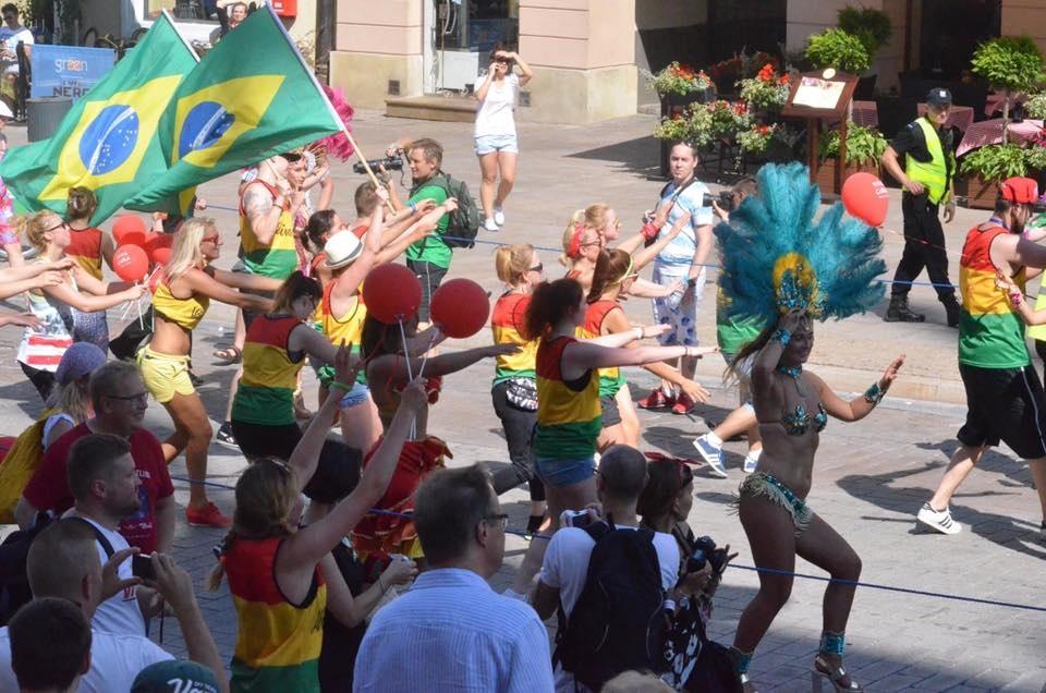 Lễ hội đa sắc tộc cũng là ngày hội của hoá trang, âm nhạc và khiêu vũ.