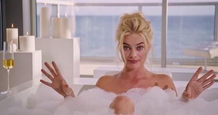 """Trong bộ phim """"The big short"""", Margot cũng có một cảnh quay trong bồn tắm vô cùng nóng bỏng"""