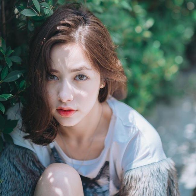 Đôi môi trái tim cùng mái tóc ngắn cá tính là điểm hút ánh nhìn của cô nàng.