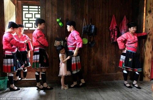 Tuy nhiên, một số bé gái dân tộc Dao ngày nay không còn giữ truyền thống để tóc dài như mẹ hay bà của họ.