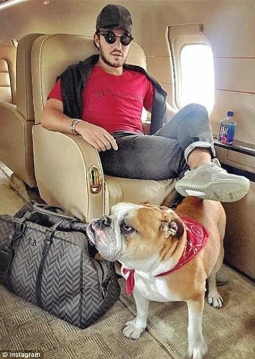 Emir Bahadir vi vu suốt kỳ nghỉ hè bằng một chiếc phi cơ riêng