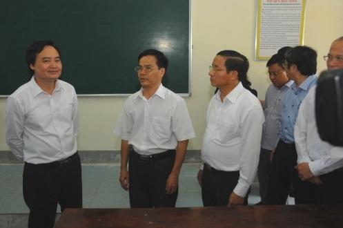 Bộ trưởng Bộ GD&ĐT Phùng Xuân Nhạ khảo sát phòng thi tại trường THPT chuyên Hà Tĩnh