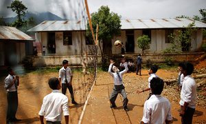 """Bất chấp tuổi tác, """"học sinh"""" 68 tuổi Kami hết mình với trận bóng chuyền cùng bạn học trong giờ (ảnh của Navesh Chitrakar/Reuters)"""