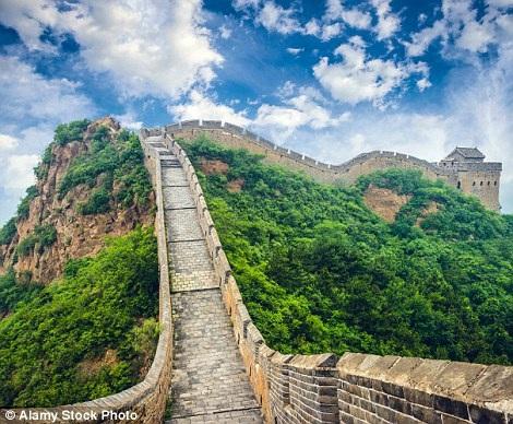 Vạn lý trường thành của Trung Quốc khi người cầm máy đứng ở trên và bên cạnh nó là một kho chứa đồ.