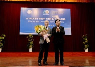 Hiệu trưởng trường ĐH Kinh tế quốc dân tặng hoa GS Finn E. Kydland