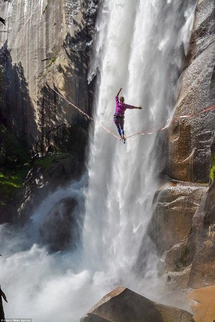 """""""Hết hồn"""" nhìn nghệ sĩ yoga biểu diễn trên dây vắt ngang thác nước - 2"""