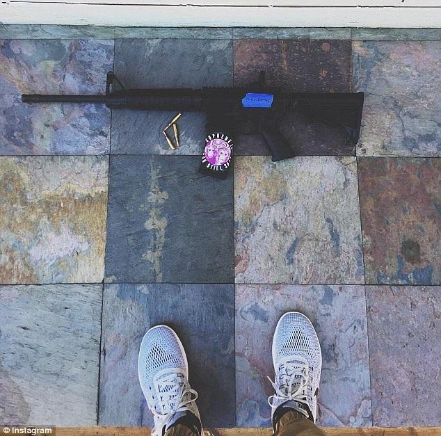 Bức ảnh trên Instagram của nghi phạm chụp khẩu súng và 3 viên đạn (Ảnh: Instagram)