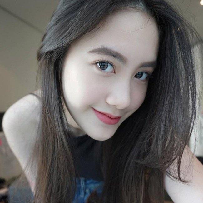 Ngay từ khi còn tuổi teen, Mai Chi đã nổi tiếng khắp nước Lào bởi vẻ đẹp đúng chuẩn hot girl: mắt to, da trắng, gương mặt V-line.