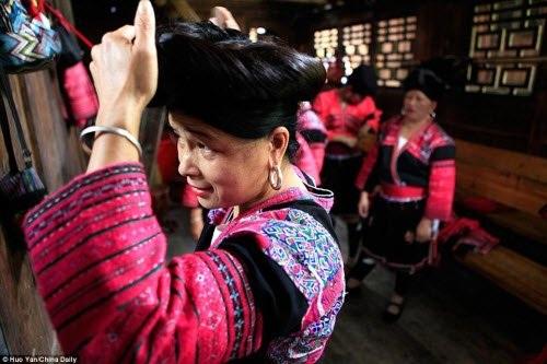 Những phụ nữ Dao tại ngôi làng Huangluo chỉ cắt tóc một lần duy nhất trong đời, trước khi lấy chồng bởi họ tin tóc dài mang lại tuổi thọ, sự giàu có và may mắn.