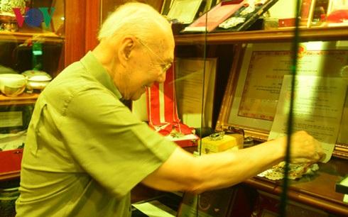 Tấm Huân chương Hữu nghị của Chính phủ Việt Nam trao tặng luôn được ông Bhichai bày trang trọng trong tủ kính.
