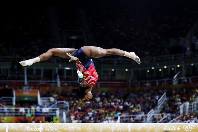Pha lộn người đầy ấn tượng của vận động viên Gabby Douglas.