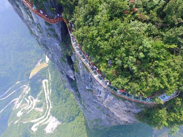 Rùng mình đi trên cây cầu kính cao 1.400 mét - 2