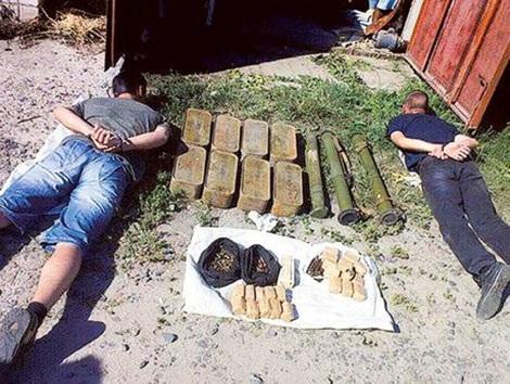 Hai kẻ bán chất nổ và súng chống tăng bất hợp pháp bị cơ quan an ninh Ukraine bắt giữ.