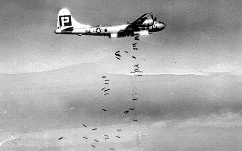 Máy bay quân Đồng minh rải bom để dập tắt ý định phản kháng của người Nhật. Ảnh: WikiCommons.