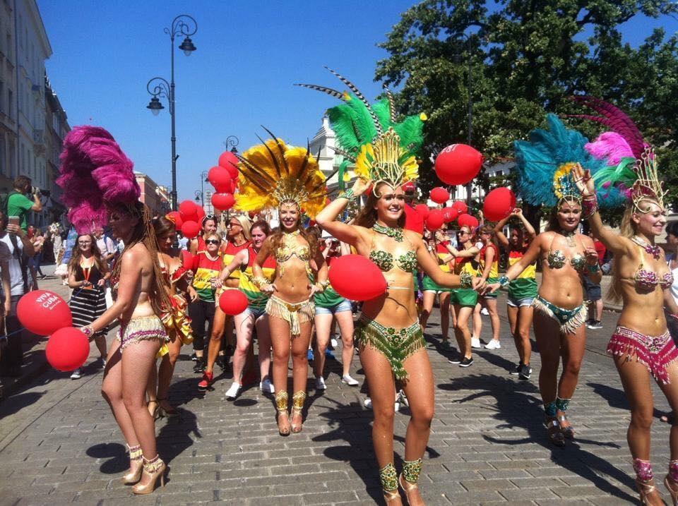 Các cô gái trẻ trong trang phục gợi cảm trình diễn những vũ điệu quyến rũ.