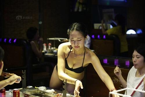 """Gái xinh Trung Quốc bị """"ném đá"""" vì mặc bikini phục vụ khách - 3"""