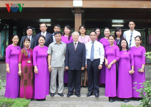 Tổng Bí thư chụp ảnh lưu niệm với cán bộ, nhân viên Khu di tích Chủ tịch Hồ Chí Minh
