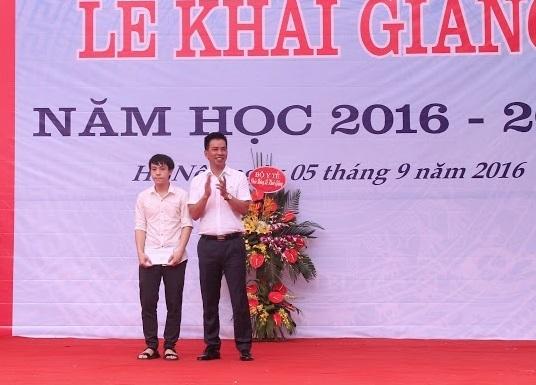 DS Nguyễn Hữu Dũng – Chủ tịch Hội đồng quản lý Quỹ trao học bổng cho SV Lê Trung Anh trong ngày khai giảng năm học 2016-2017