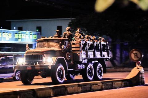 Xe tải quân đội chạy quanh Quốc lộ 2. Ảnh: Cambodia Daily