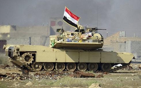 Quân đội Iraq chiến đấu chống IS dưới sự yểm trợ của không quân Mỹ tại tỉnh Akbar. Ảnh: AP.