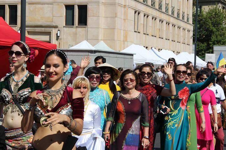 Người Việt đẹp kín đáo trong lễ hội đa sắc tộc nóng bỏng ở Ba Lan - 5