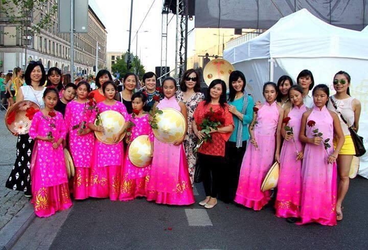 Người Việt đẹp kín đáo trong lễ hội đa sắc tộc nóng bỏng ở Ba Lan - 6