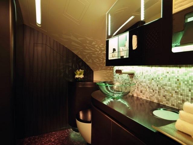 Phòng tắm trong khoang hạng nhất của Etihad.