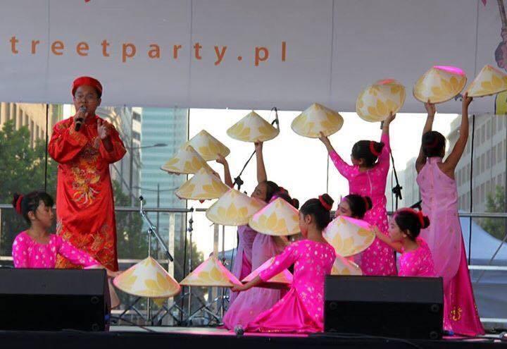 Người Việt đẹp kín đáo trong lễ hội đa sắc tộc nóng bỏng ở Ba Lan - 7