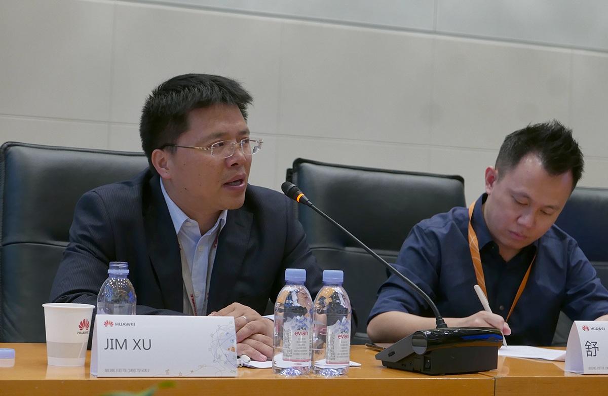 Ông Jim Xu (bên trái) trao đổi với báo giới Việt Nam tại trụ sở Huawei tại trụ sở của hãng ở Thâm Quyến, Trung Quốc.