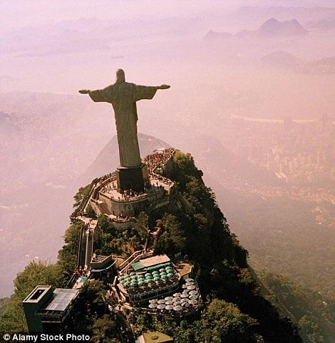 Hình ảnh quen thuộc về bức tượng Chúa cứu thế ở Rio de Janeiro. Ít người biết rằng từ đây, du khách cũng có thể ngắm nhìn được những khung cảnh ngoạn mục khác.