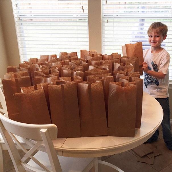 Chàng trai nhỏ tuổi này đã quyết định sử dụng 120 USD tiền tiết kiệm của mình trong cả năm để làm bữa trưa miễn phí cho người nghèo.