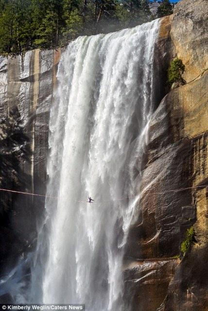 """""""Hết hồn"""" nhìn nghệ sĩ yoga biểu diễn trên dây vắt ngang thác nước - 3"""
