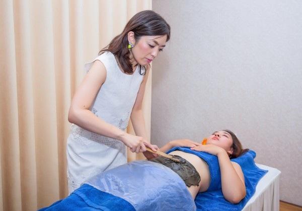 Ca sĩ Bảo Trâm được bà Shizuka Sekiguchi trực tiếp đắp khoáng thạch và hướng dẫn thực hiện giảm cân.
