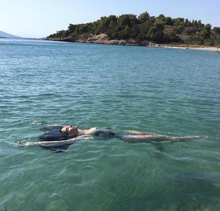 """Thiên thần Lily Aldridge khiến các fan """"phát sốt phát rét"""" với màn thả nổi ngay giữa biển khơi"""