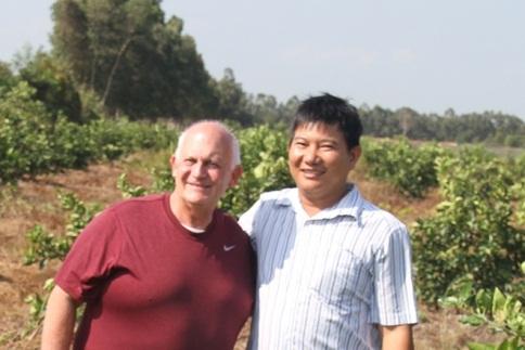 Ông Nguyễn Văn Hiển, Chủ tịch HĐQT Công ty Chanh Việt cùng chuyên gia người Mỹ.