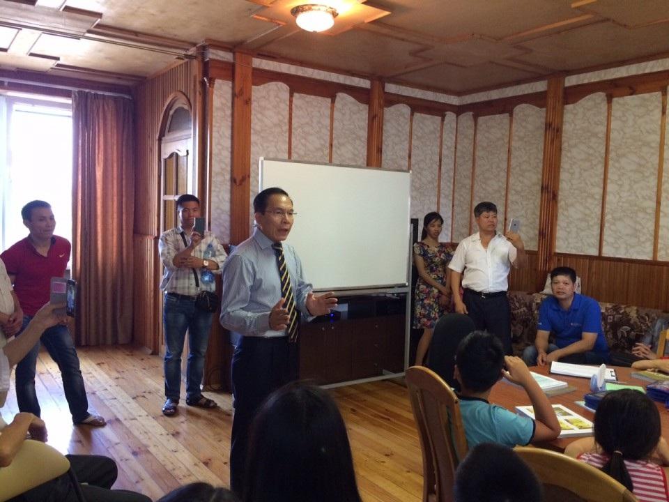 Đại sứ Lê Ánh phát biểu tại buổi khai giảng lớp học tiếng Việt.