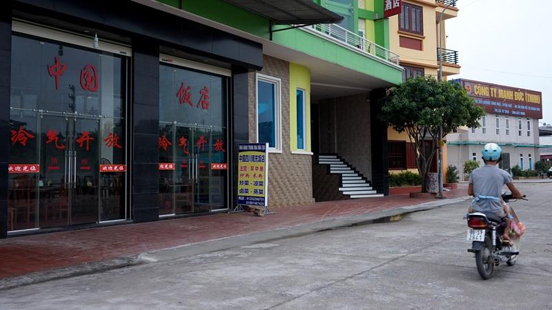 Nhà hàng ven sông Ngũ Huyện Khê thuộc dự án khu đô thị Mạnh Đức (thị xã Từ Sơn) với biển hiệu quảng cáo không có một chữ tiếng Việt nào.