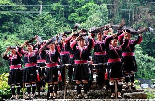 Một số phụ nữ dân tộc Dao làm việc như diễn viên cho một gánh hát địa phương, chuyên tổ chức các buổi biểu diễn để thu hút khách du lịch.