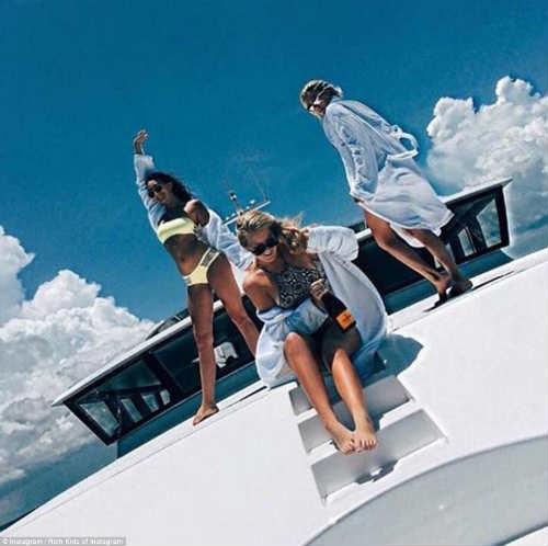 Những cô gái vui đùa thỏa thích trên du thuyền riêng