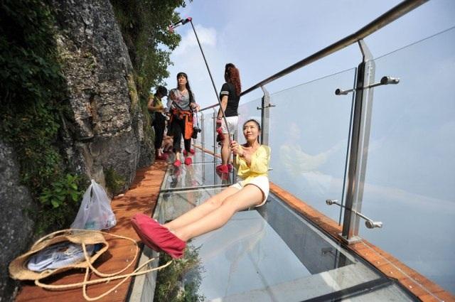 Rùng mình đi trên cây cầu kính cao 1.400 mét - 3