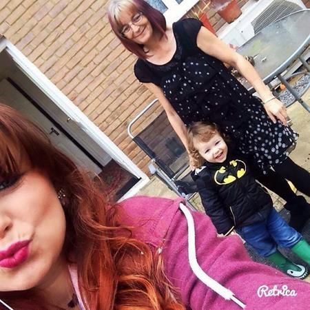 Jasmine chụp ảnh con trai Ryan cùng bà ngoại