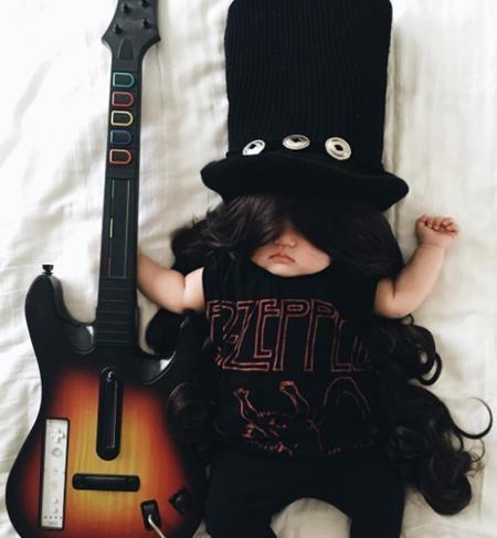 Joey hóa thân thành ngôi sao nhạc rock