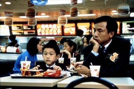 """""""Yi Yi: A one and a two"""" đã khắc hoạ vô cùng thành công cuộc sống một gia đình trung lưu tại Đài Loan, với cốt truyện chia đều qua ba thế hệ. Mở đầu bằng một đám cưới, kết thúc bằng một lễ tang với nhiều chi tiết hiện thực đắt giá, """"Yi Yi: A one and a two"""" nhận được vô vàn lời tán dương từ giới phê bình."""