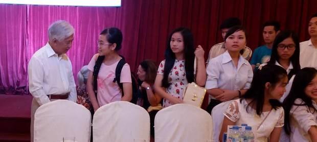 GS Trần Thanh Vân ân cần hỏi han các học sinh