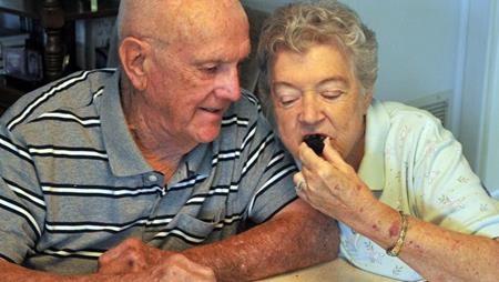 Người phụ nữ 81 tuổi ăn bánh một cách ngon lành